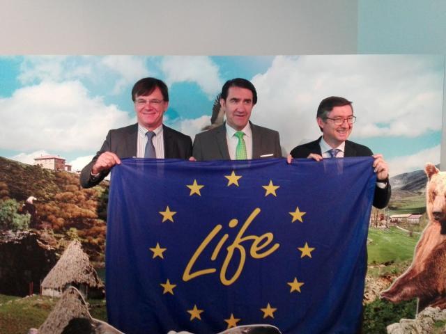 El Consejero de Fomento y Medio Ambiente de Castilla y León sostiene la bandera de los proyectos LIFE
